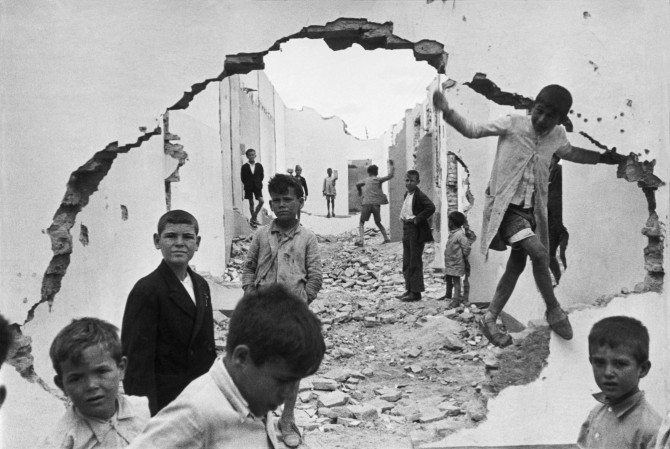 henri-cartier-bresson-hyeres-france-1932-seville-spain-1944-wall-hole-children-playing-670x449
