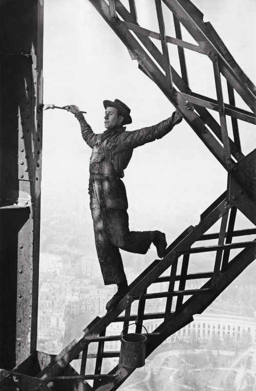 marc-riboud-painter-of-the-eiffelt-tower-1953-paris--500x764